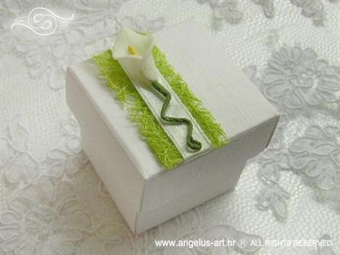 bijeli konfet za vjenčanje sa zelenim sisalom i kalom